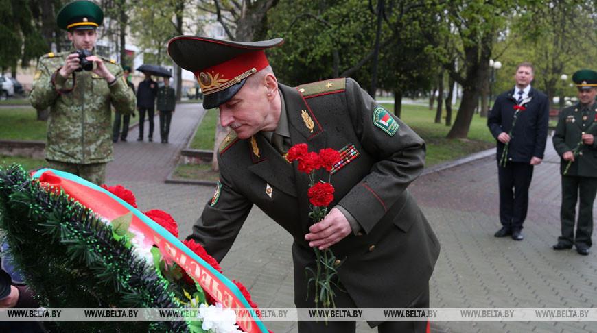 """Пограничники возложили цветы к монументу у братской могилы и памятному знаку """"Стражам границы всех поколений"""""""