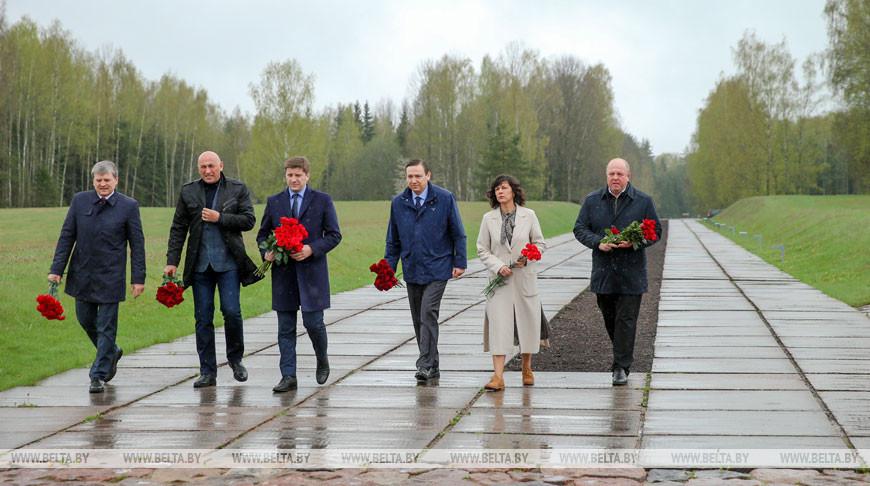 Руководители республиканских СМИ возложили цветы в Хатыни