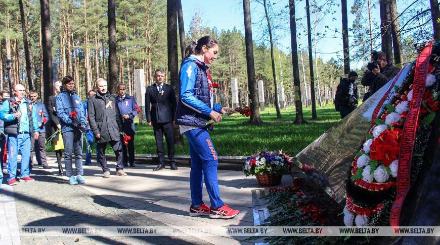 """Белорусские спортсмены возложили цветы к мемориалу """"Благовщина"""""""
