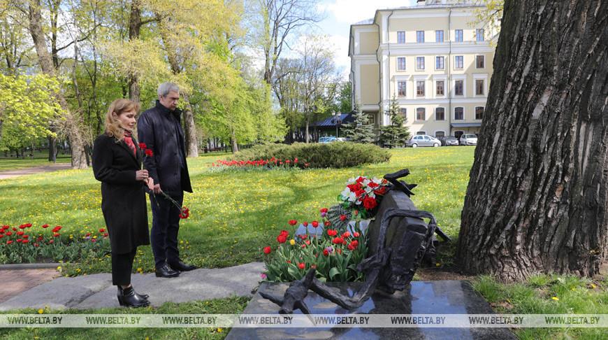 Купаловцы возложили цветы к памятному знаку погибшим подпольщикам в Александровском сквере