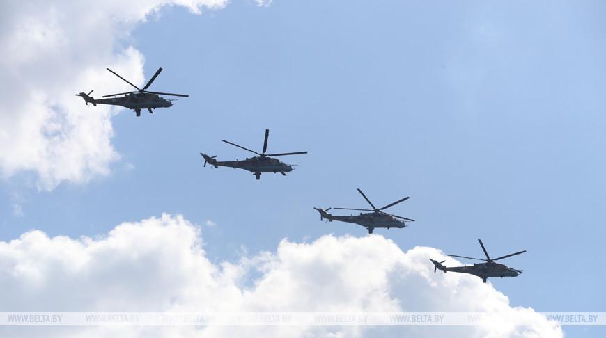 Более 40 самолетов и вертолетов приняли участие в параде в честь Дня Победы