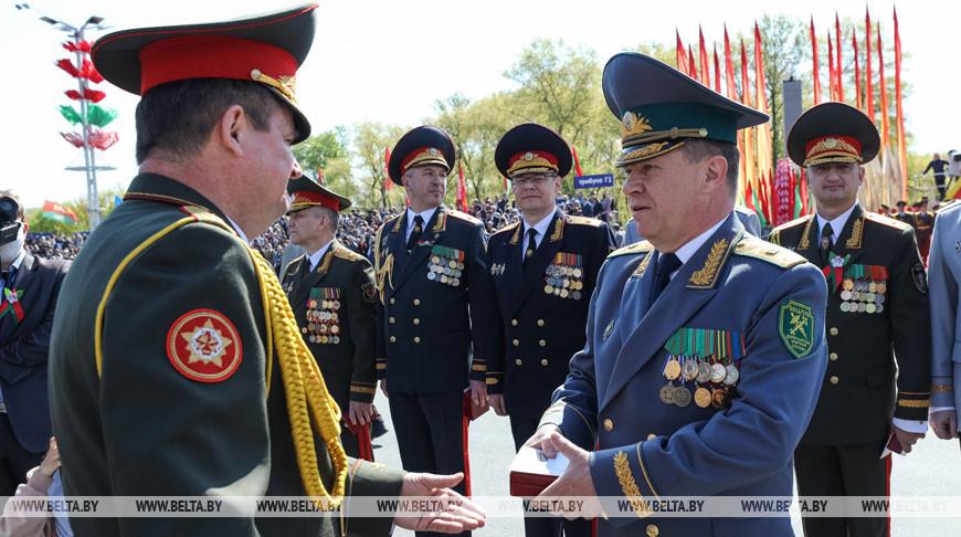Равков вручил силовикам юбилейные медали у трибун военного парада в Минске