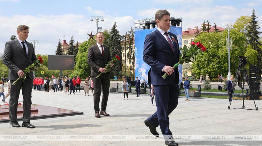 Цветы к монументу Победы возлагают в Минске