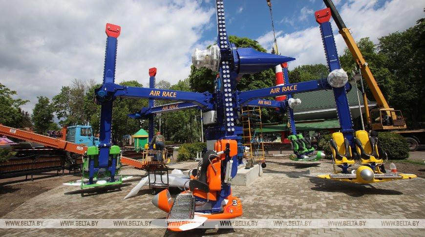 Монтаж нового аттракциона завершается в Гомельском парке