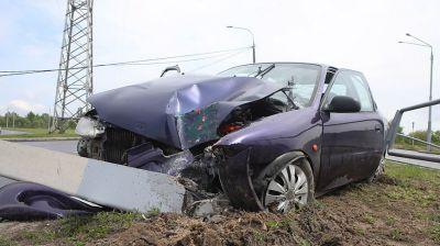 В Гомеле легковой автомобиль в результате ДТП сбил две осветительные опоры