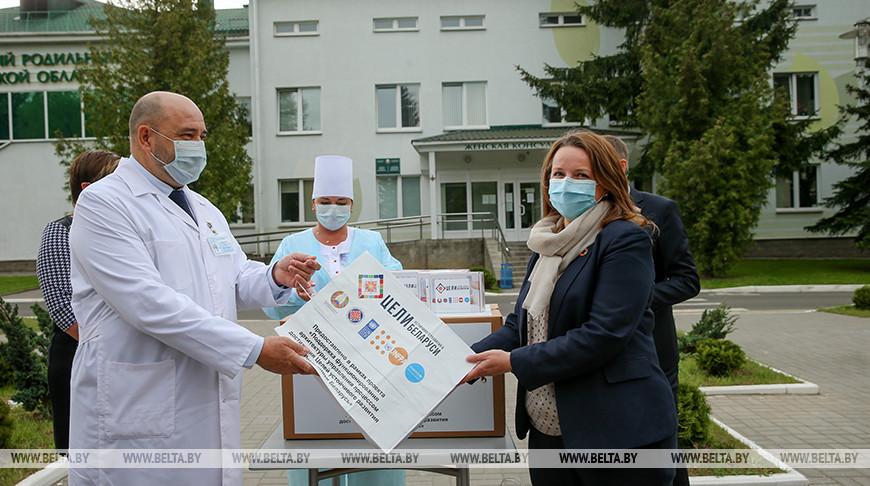 Исаченко и Казана-Вишневецкий передали бесконтактные термометры родильным домам Минской области
