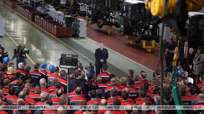 Лукашенко об МТЗ: прекрасный завод, бренд нашей страны