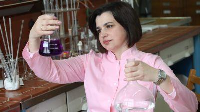 """Сотрудники центральной лаборатории """"СветлогорскХимволокно"""" работают над повышением качества продукции"""