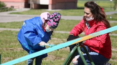Волонтеры БРСМ помогают благоустроить детские площадки в Гродненской области