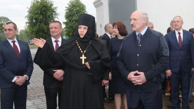 Лукашенко в троицкую родительскую субботу зажег свечи в храме Свято-Никольского монастыря