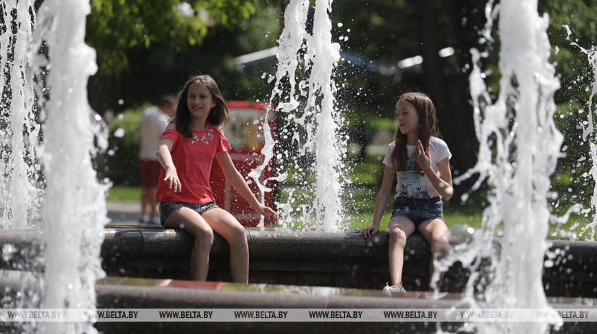 Дети спасаются от жары в фонтане парка Жилибера