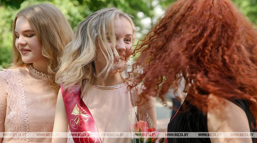 Вручение аттестатов проходит в школах Беларуси