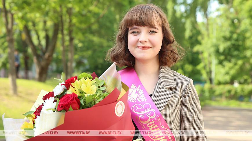 Аттестаты вручили выпускникам минской школы №16