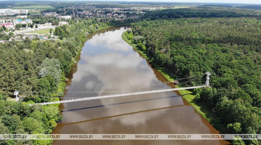 Самый длинный в Беларуси подвесной мост находится в Мостах