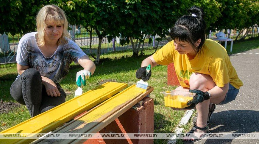 Волонтеры БРСМ вместе с жителями агрогородка Новка благоустроили дошкольный центр развития ребенка