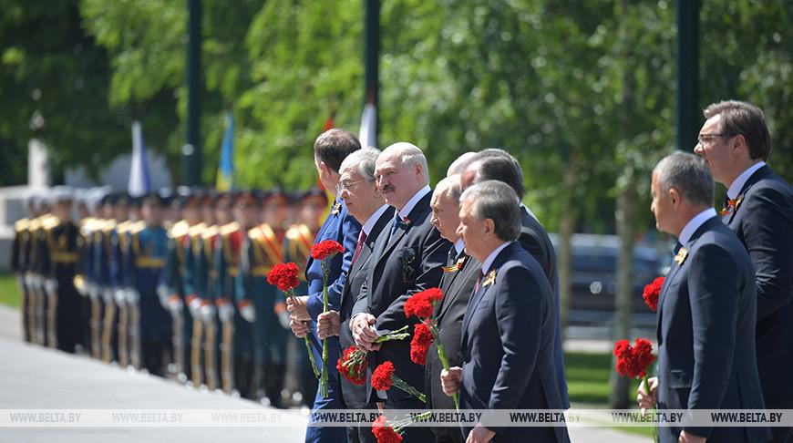 Лукашенко возложил цветы к Могиле Неизвестного Солдата в Москве