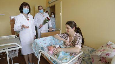"""Кочанова поздравила молодых мам в РНПЦ """"Мать и дитя"""""""