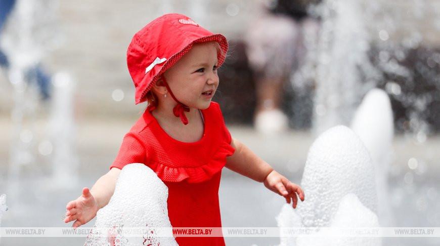 Дети облюбовали фонтан возле парка Горького