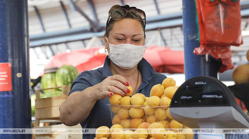 На Комаровском рынке идет торговля сезонными товарами