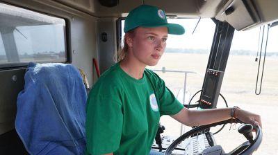 Комбайнеры-тысячники: дочка-студентка помогает отцу убирать урожай в Берестовицком районе