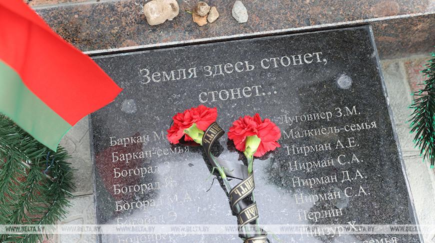 Обновленный памятный знак жертвам холокоста открыт в Дубровно