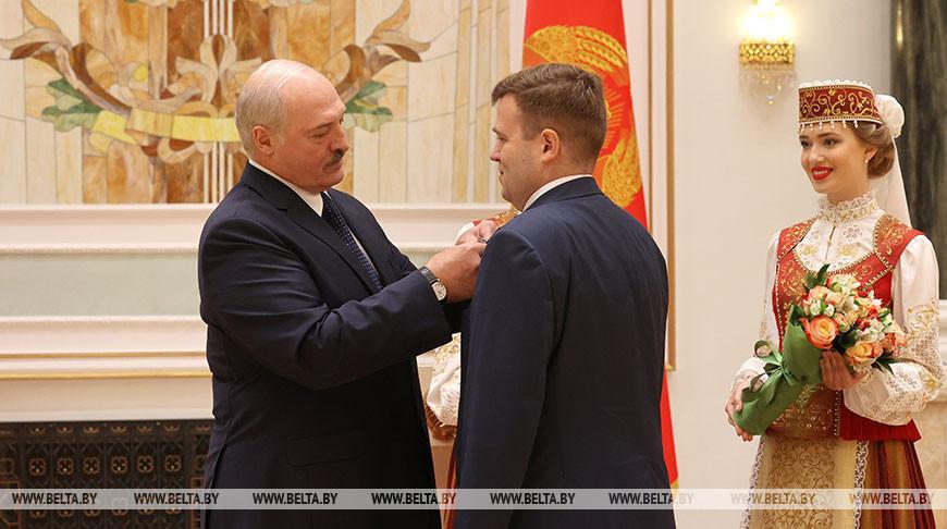 Лукашенко вручил государственные награды работникам системы здравоохранения