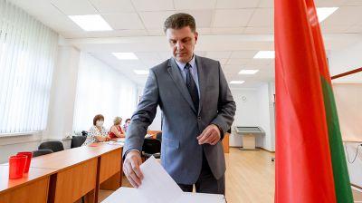 Кухарев проголосовал досрочно на участке №32 в Минске