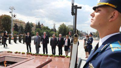 Наблюдатели от МПА СНГ возложили цветы к монументу Победы в Минске