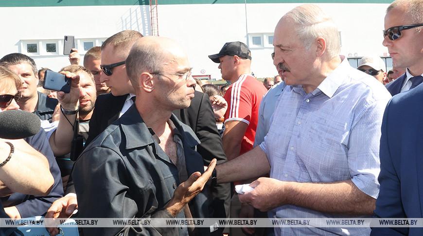 Лукашенко посетил Минский завод колесных тягачей