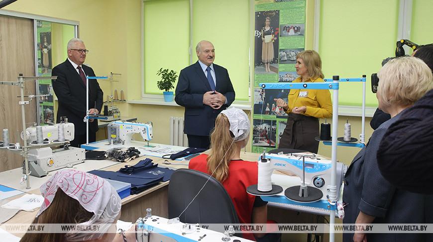 Лукашенко в День знаний посетил Барановичский колледж сферы обслуживания