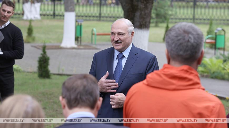 Лукашенко ответил на вопросы журналистов после посещения Барановичского колледжа сферы обслуживания