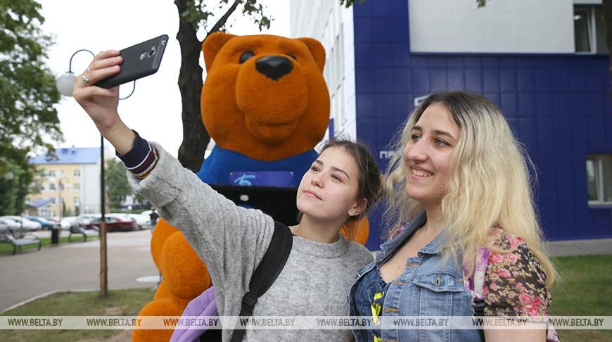 """Огромный медведь с планшетом в лапах появился у """"Белтелекома"""" в Витебске"""