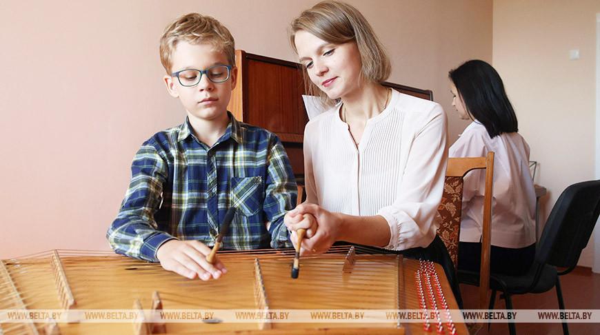 Около 360 детей приступили к занятиям в новом здании школы искусств в Ушачах