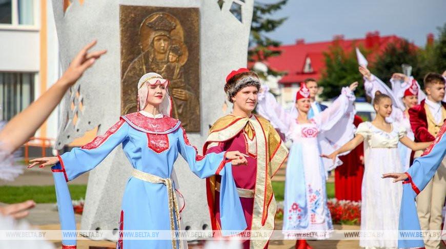 Новую скульптурную композицию открыли в День письменности в Белыничах