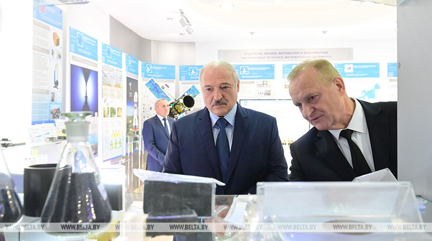 Лукашенко ознакомился с выставкой НАН