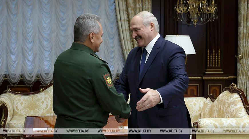 Лукашенко встретился с министром обороны России