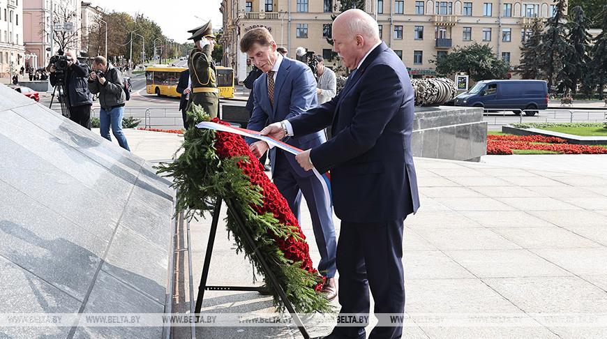 Губернатор Приморского края возложил венок к монументу Победы в Минске