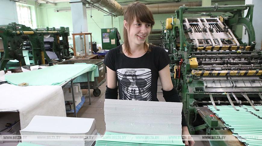 Добрушская бумажная фабрика выпускает тетради для туркменских школьников