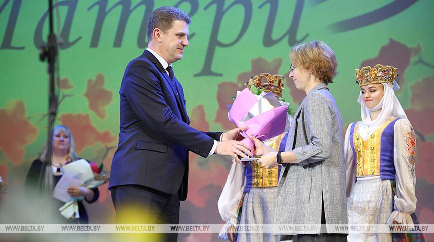 Кухарев вручил орден Матери 43 многодетным жительницам Минска