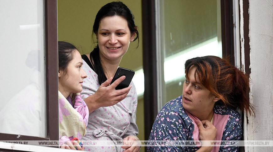Спасатели МЧС поздравили с Днем матери пациенток 6-й больницы Минска