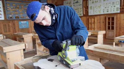 Столешницы из срезов аварийных городских деревьев изготавливают в гомельском лицее