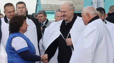 """Лукашенко посетил МТК """"Ваньковщина"""" в Слуцком районе"""
