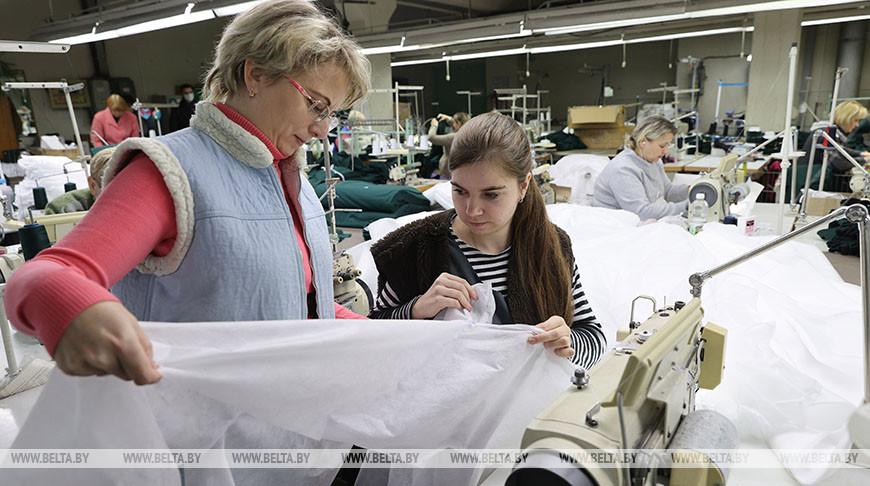 Витебское предприятие в месяц выпускает около 10 тыс. защитных костюмов для медиков