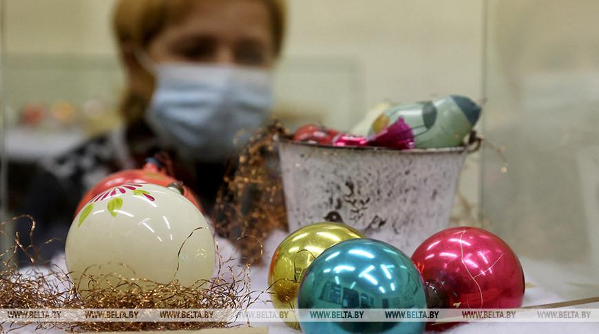Коллекция новогодних елочных шаров представлена на выставке в Витебске