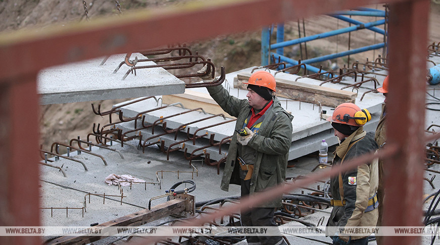 Строители моста через Неман в Гродно соединили берега пролетами