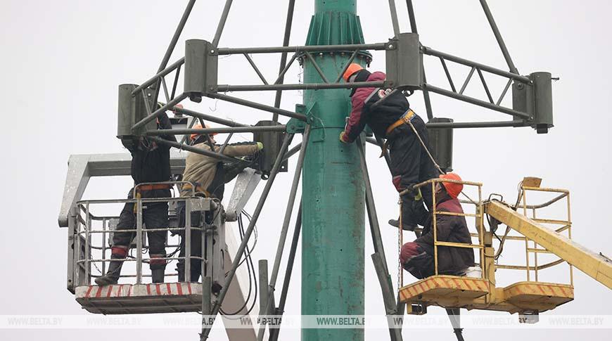 На площади Победы в Витебске начался монтаж конструкции главной елки города