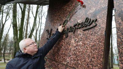В Витебске возложили цветы к памятнику Владимиру Короткевичу