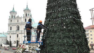 В Гродно украшают новогоднюю елку на Советской площади