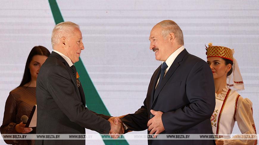 Лукашенко вручил БНТУ орден Трудовой Славы и госнаграды сотрудникам вуза