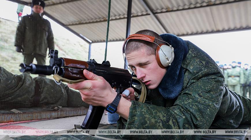 Военнослужащие из нового пополнения проходят курс молодого бойца